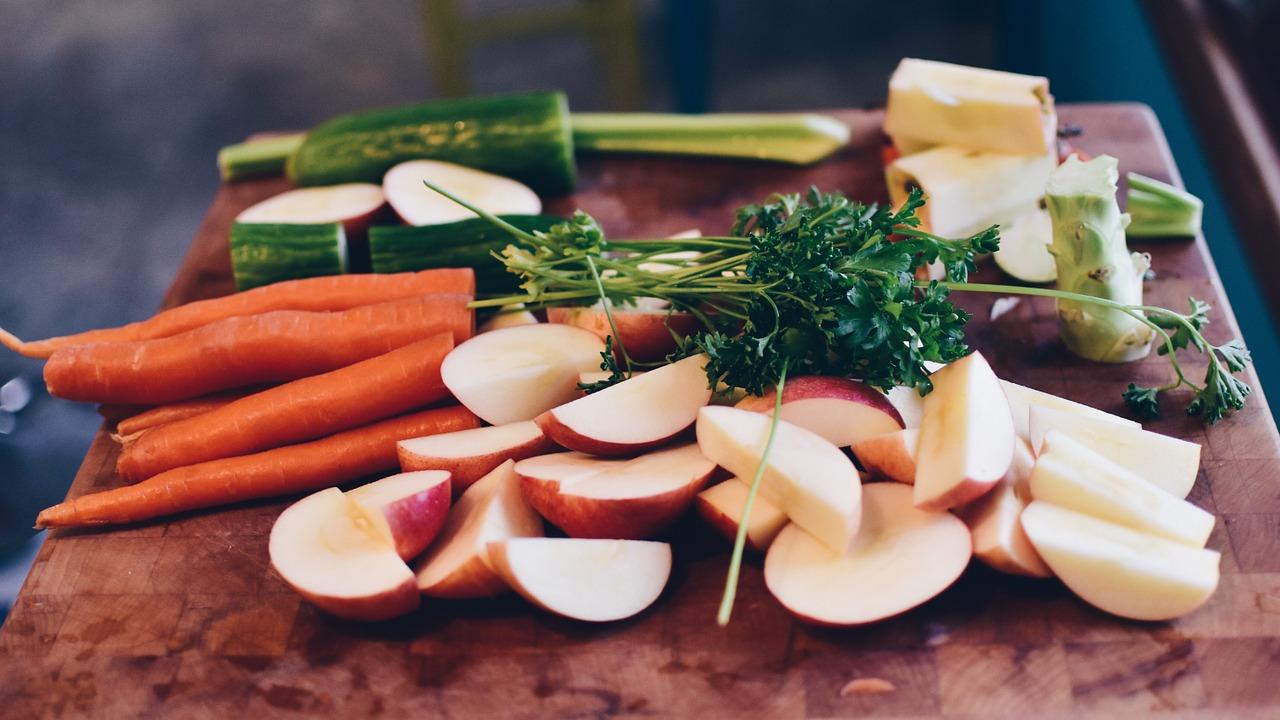 un plato con frutas y verduras crudas