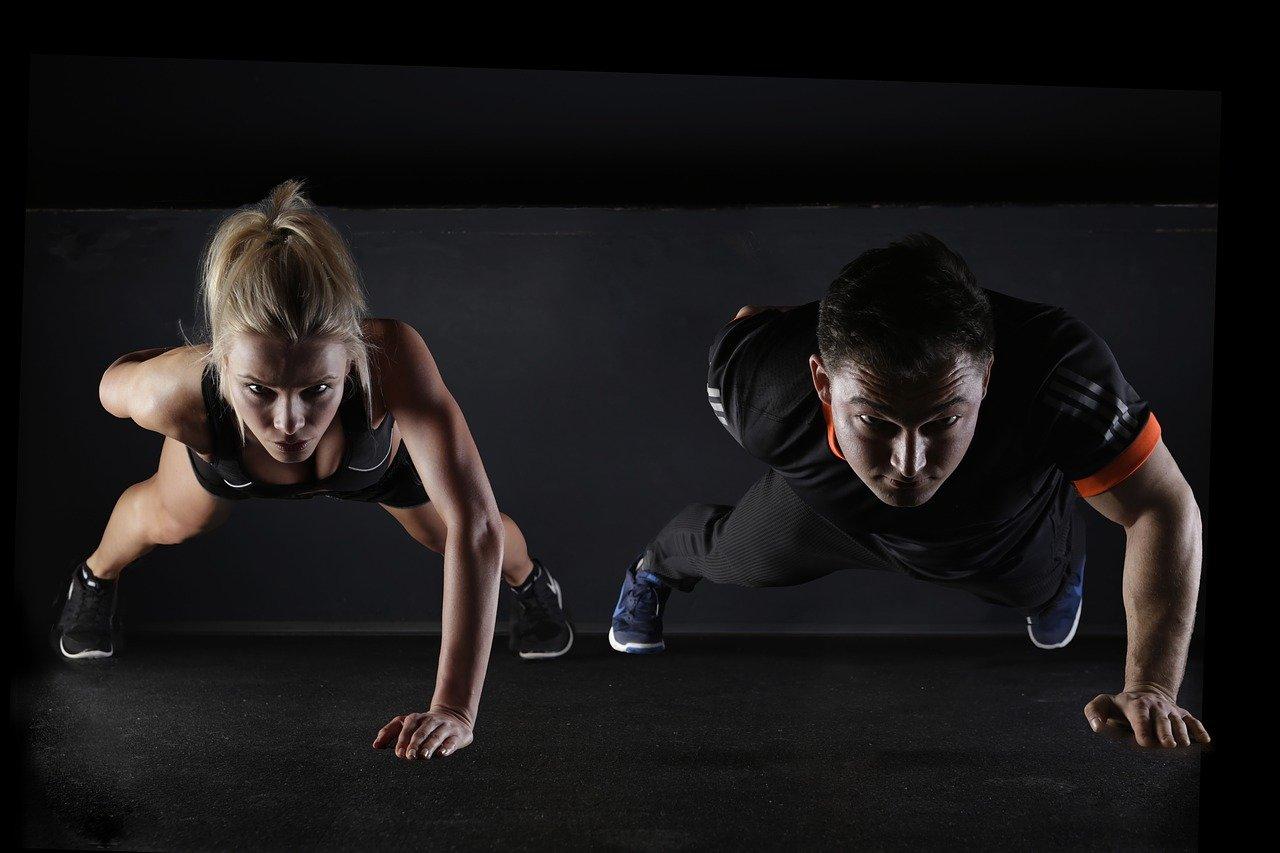hombre y mujer haciendo ejercicio